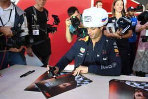 Daniel Ricciardo, Red Bull Racing lors de la séance d'autographes