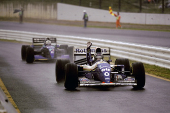 Damon Hill, Williams FW16, fête sa victoire