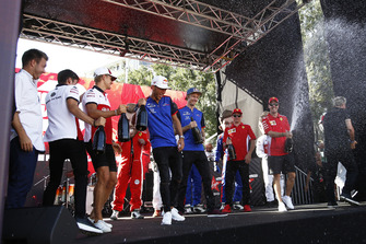 Charles Leclerc, Alfa Romeo Sauber F1 Team, Marcus Ericsson, Alfa Romeo Sauber F1 Team, Pierre Gasly, Scuderia Toro Rosso Toro Rosso, Brendon Hartley, Scuderia Toro Rosso et Sebastian Vettel, Ferrari avec du champagne sur scène