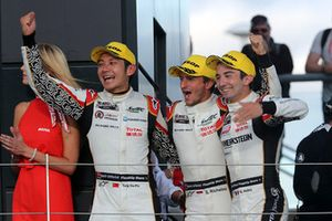 Podio LMP2: i vincitori #38 Jackie Chan DC Racing Oreca 07 Gibson: Ho-Ping Tung, Gabriel Aubry, Stephane Richelmi