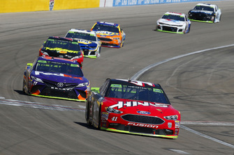 Kurt Busch, Stewart-Haas Racing, Ford Fusion Haas Automation e Denny Hamlin, Joe Gibbs Racing, Toyota Camry FedEx Ground
