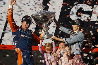 Scott Dixon, Chip Ganassi Racing Honda viert de titel met vrouw Emma en dochters Poppy en Tilly
