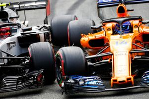 Kevin Magnussen, Haas F1 Team VF-18, and Fernando Alonso, McLaren MCL33, go wheel-to-wheel
