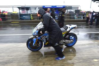Una moto viene riportata ai box
