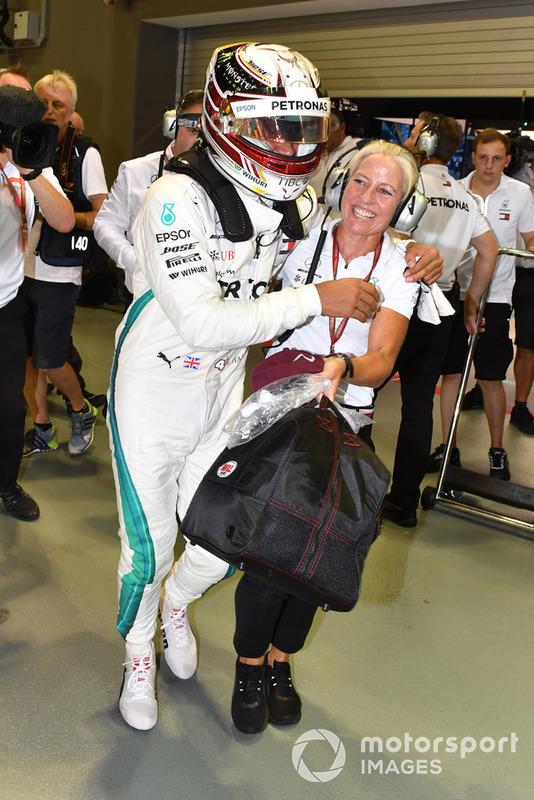 Ganador de la pole Lewis Hamilton, Mercedes AMG F1 celebra en parc ferme con Angela Cullen, PA y Physio
