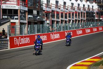 Des membres de Toro Rosso dont Brendon Hartley descendent le Raidillon de l'Eau Rouge en scooter