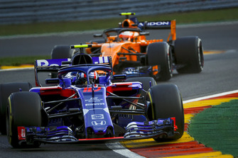 Brendon Hartley, Scuderia Toro Rosso STR13 et Stoffel Vandoorne, McLaren MCL33
