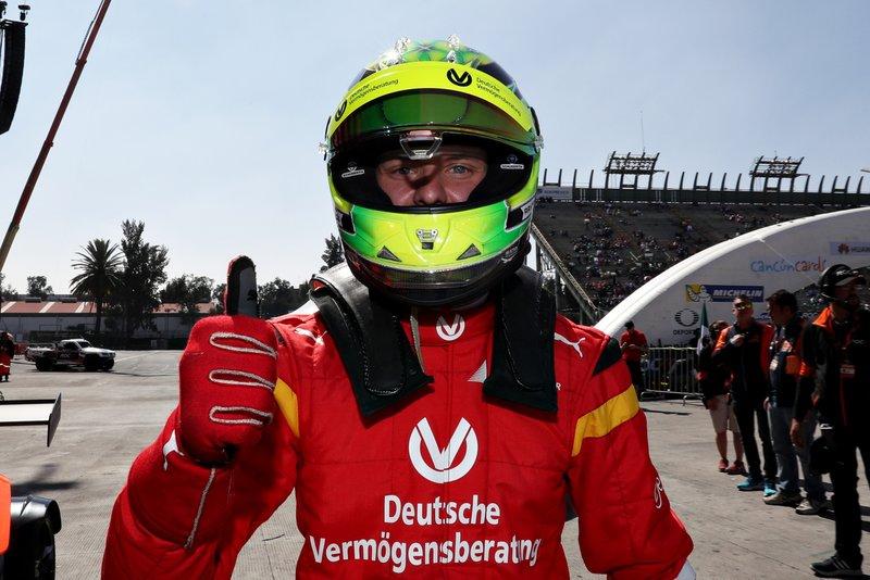 Mick Schumacher celebra