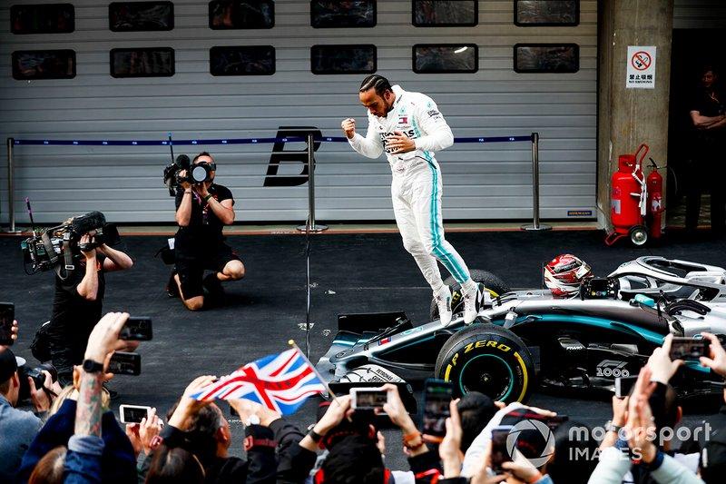 Hamilton na ponta: piloto da Mercedes em comemoração pela vitória na 1000ª corrida da história da F1