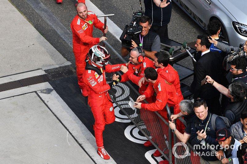 Charles Leclerc, Ferrari, al Parco Chiuso con la squadra