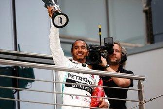 Lewis Hamilton, Mercedes AMG F1, 1° classificato, con il suo trofeo e lo Champagne
