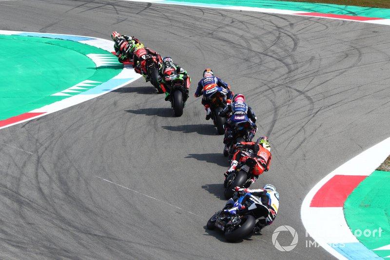 Jonathan Rea, Kawasaki Racing, guida il gruppo degli inseguitori con Markus Reiterberger, BMW Motorrad WorldSBK Team