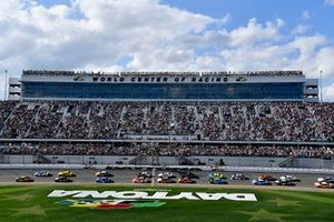 William Byron, Hendrick Motorsports, Chevrolet Camaro Axalta leads the start of the Daytona 500