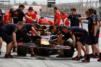 Changement de l'aileron avant de Dan Ticktum, Red Bull Racing RB15