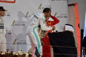 Lewis Hamilton, Mercedes AMG F1, vainqueur, reçoit son trophée