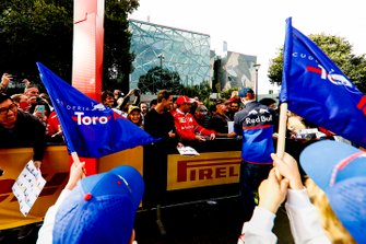 Daniil Kvyat, Toro Rosso signs autographs for fans at the Federation Square event