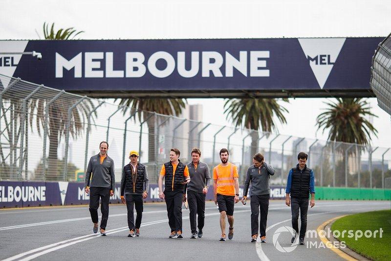 Carlos Sainz Jr., McLaren, recorre la pista de Australia