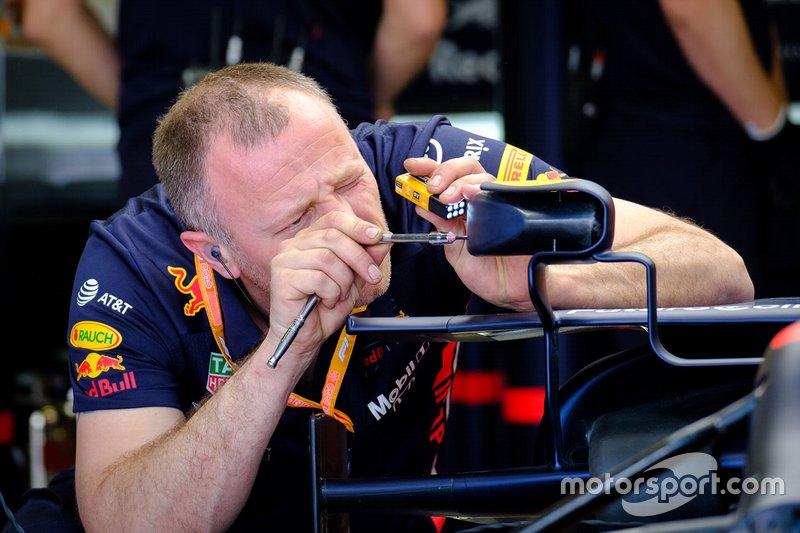 Un membro del team Red Bull Racing team al avoro sullo specchietto della monoposto di Max Verstappen, Red Bull Racing RB15