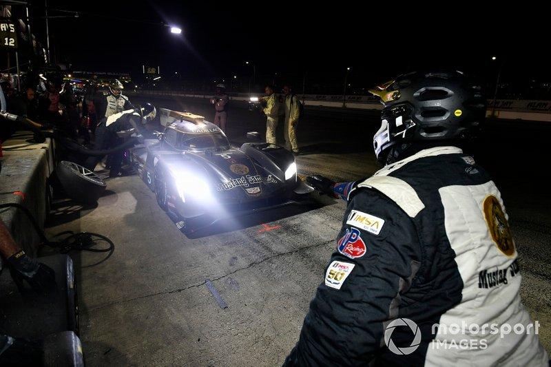 #5 Mustang Sampling Racing Cadillac DPi, DPi: Joao Barbosa, Filipe Albuquerque, Brendon Hartley pit stop