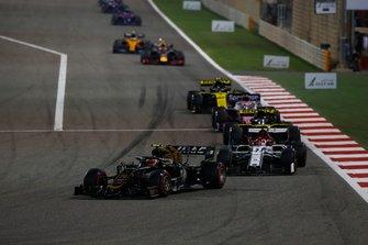 Kevin Magnussen, Haas F1 Team VF-19, leads Kimi Raikkonen, Alfa Romeo Racing C38, Daniel Ricciardo, Renault R.S.19, Sergio Perez, Racing Point RP19, and Nico Hulkenberg, Renault R.S. 19
