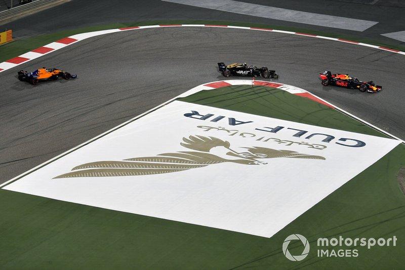 Max Verstappen, Red Bull Racing RB15, Kevin Magnussen, Haas F1 Team VF-19, y Carlos Sainz Jr., McLaren MCL34