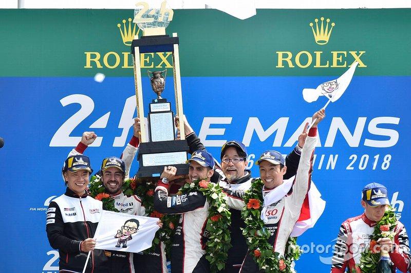 Fernando Alonso celebra su victoria en 2018 con sus compañeros Sébastien Buemi y Kazuki Nakajima, y directivos de Toyota