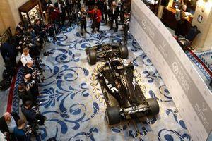Kevin Magnussen, Haas F1 Team, la présentatrice Nicki Shields, William Storey, PDG Rich Energy, Günther Steiner, Team Principal, Haas F1 et Romain Grosjean, Haas F1 Team