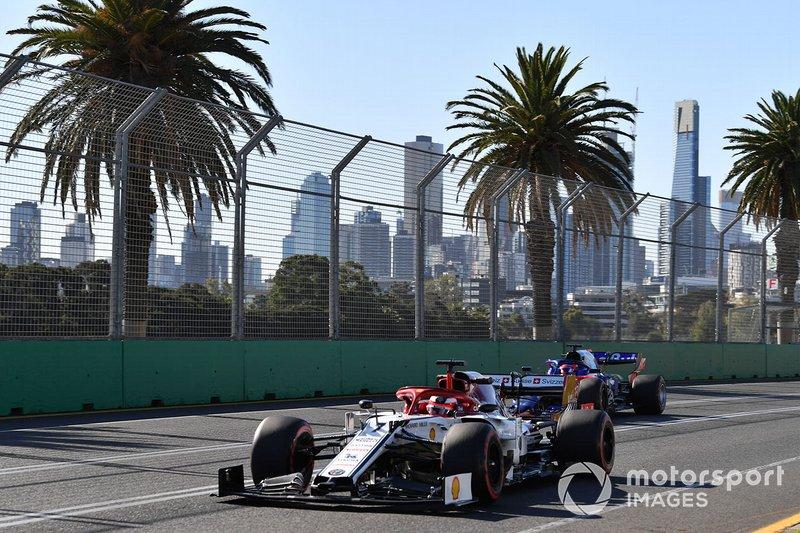 Kimi Raikkonen, Alfa Romeo Racing C38, precede Daniil Kvyat, Toro Rosso STR14