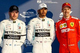 Valtteri Bottas, Mercedes AMG F1, le poleman Lewis Hamilton, Mercedes AMG F1 et Sebastian Vettel, Ferrari dans le Parc Fermé