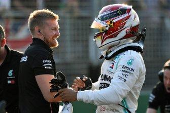 Lewis Hamilton, Mercedes AMG F1, fête sa pole position avec ses mécaniciens