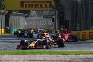 Max Verstappen, Red Bull Racing RB15, voor Charles Leclerc, Ferrari SF90, en Kevin Magnussen, Haas F1 Team VF-19