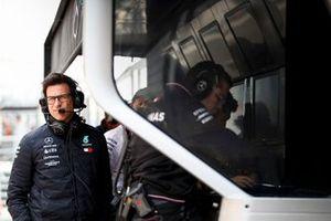 Toto Wolff, directeur exécutif de Mercedes AMG, au muret des stands