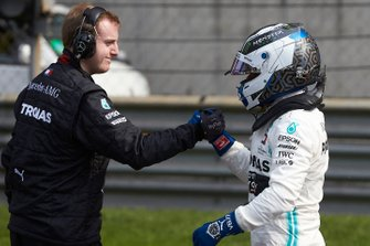 Valtteri Bottas, Mercedes AMG F1, is congratulated by a mechanic after securing pole position