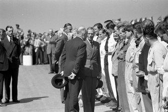 Earl Howe présente les pilotes au roi George VI