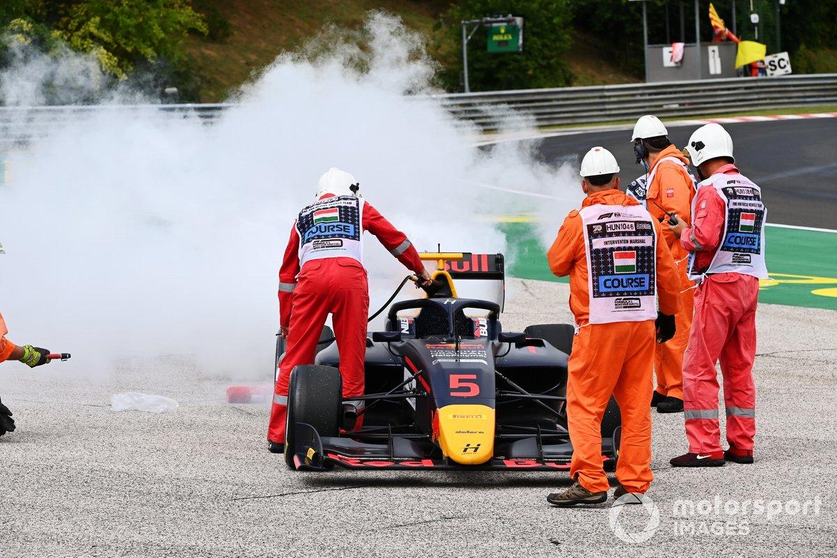 Liam Lawson, Hitech Grand Prix, abandona con problemas de motor
