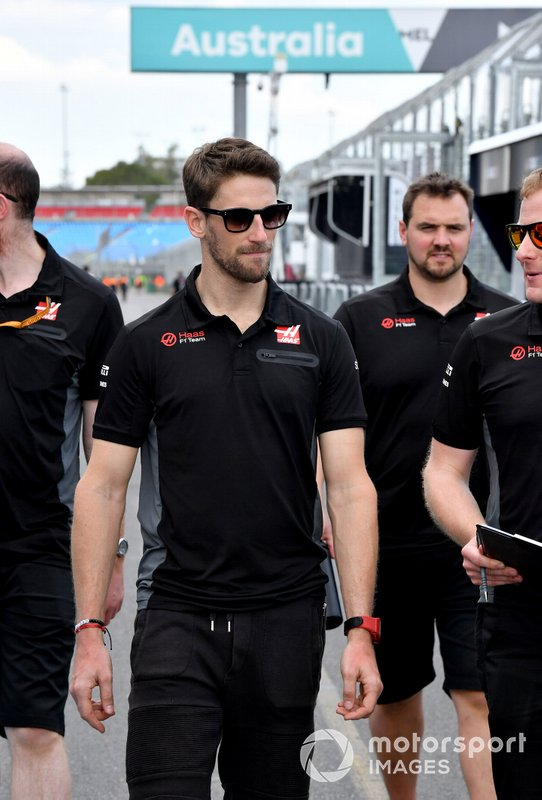 Romain Grosjean, Haas F1 on his trackwalk with members of the team