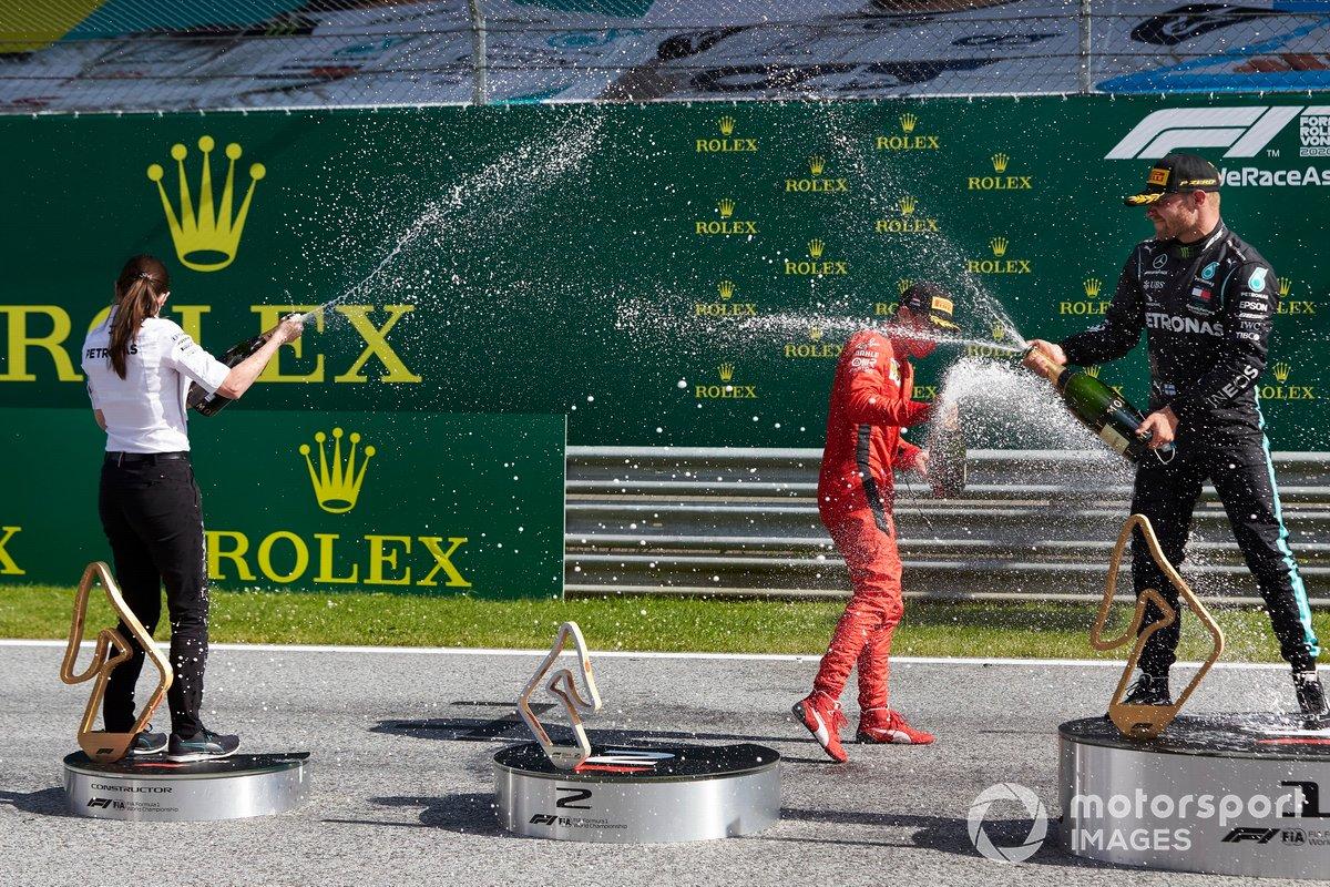 Podio: segundo lugar Charles Leclerc, Ferrari, ganador Valtteri Bottas, Mercedes AMG F1 celebran