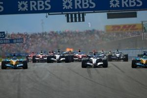 Kimi Raikkönen, McLaren MP4-20 Mercedes Giancarlo Fisichella, Renault R25 et Fernando Alonso, Renault R25 au départ