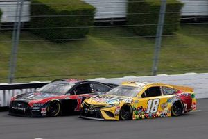 Clint Bowyer, Stewart-Haas Racing, Ford Mustang Mobil 1 and Kyle Busch, Joe Gibbs Racing, Toyota Camry M&M's Mini's