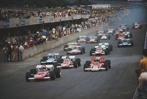 Клей Регаццони, Ferrari 312B отрывается от Йохена Риндта, Lotus 72C Ford, Жаки Икса, Ferrari 312B, Джеки Стюарта, March 701 Ford и всех остальных участников на старте гонки