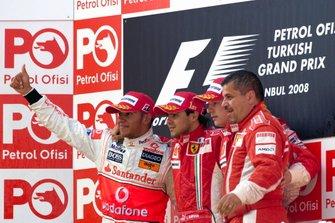 Podyum: 2. Lewis Hamilton, McLaren, yarış galibi Felipe Massa, Ferrari, 3. Kimi Raikkönen, Ferrari ve Francesco Uguzzoni, Ferrari şef mekanikeri