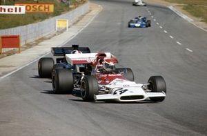 Helmut Marko, BRM P153 leads Dave Walker, Lotus 72D Ford