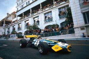 Jack Brabham, avec des dégâts à l'avant de sa Brabham BT33 Ford