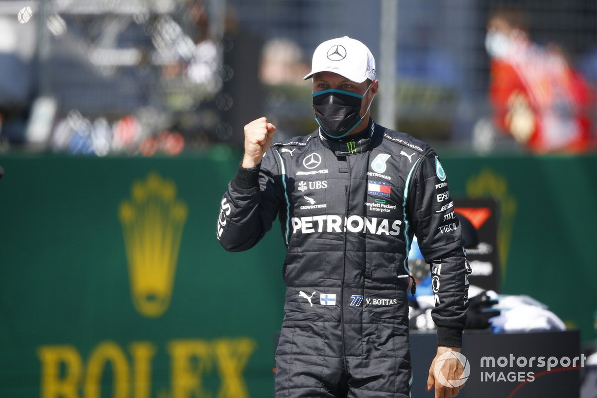 Ganador de la pole Valtteri Bottas, Mercedes F1 W11 EQ Performance, celebra