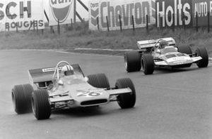 Denny Hulme, McLaren M19A Ford, Gijs van Lennep, Surtees TS7 Ford