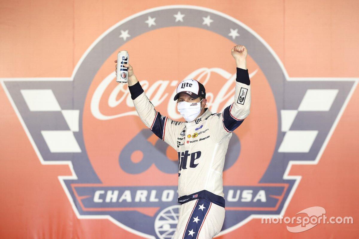 El ganador de la carrera, Brad Keselowski, Team Penske, Ford Mustang