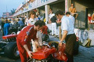 Jochen Rindt. Lotus 72C-Ford, Eddie Dennis and chief mechanic, Dick Scammell prepare the car in the pits