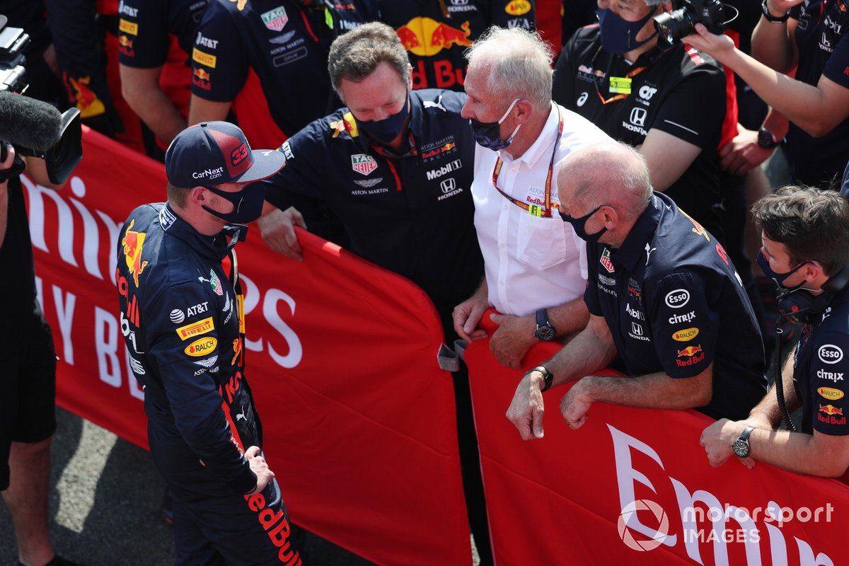 Max Verstappen, Red Bull Racing, celebra con Christian Horner, director del equipo, Red Bull Racing, Helmut Marko, consultor, Red Bull Racing, Adrian Newey, director técnico, Red Bull Racing, y el equipo Red Bull