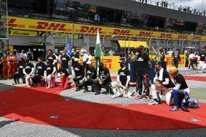 Гонщики преклоняют колено перед стартом Гран При Штирии