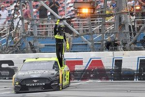 Победитель гонки Райан Блэни, Team Penske, Ford Mustang